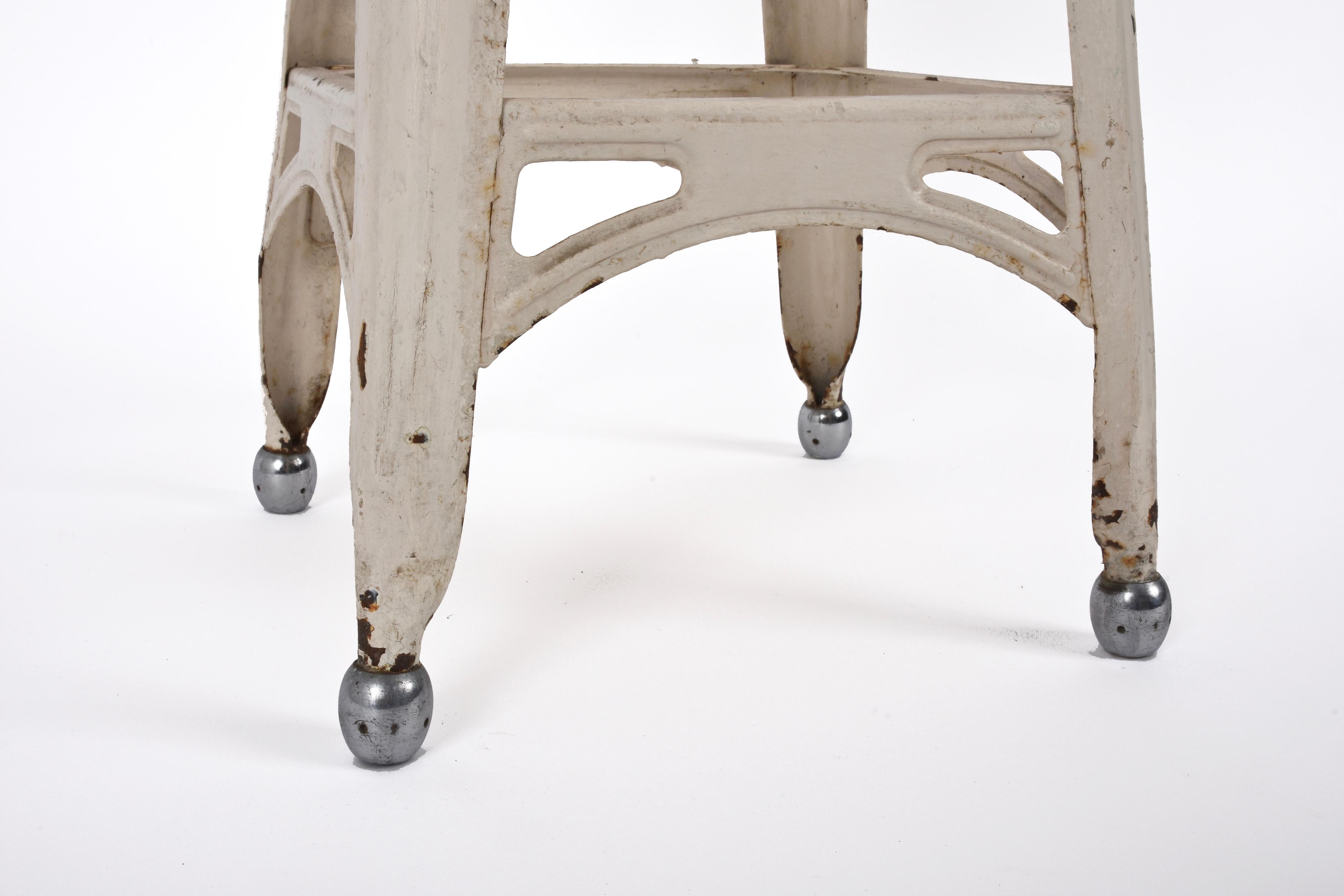 Sgabello francese anni in ferro con piedi in acciaio