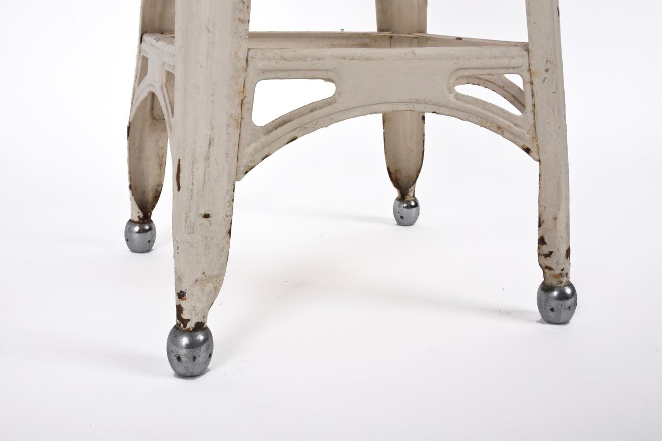 Sgabello francese anni 40 in ferro con piedi in acciaio. industrial