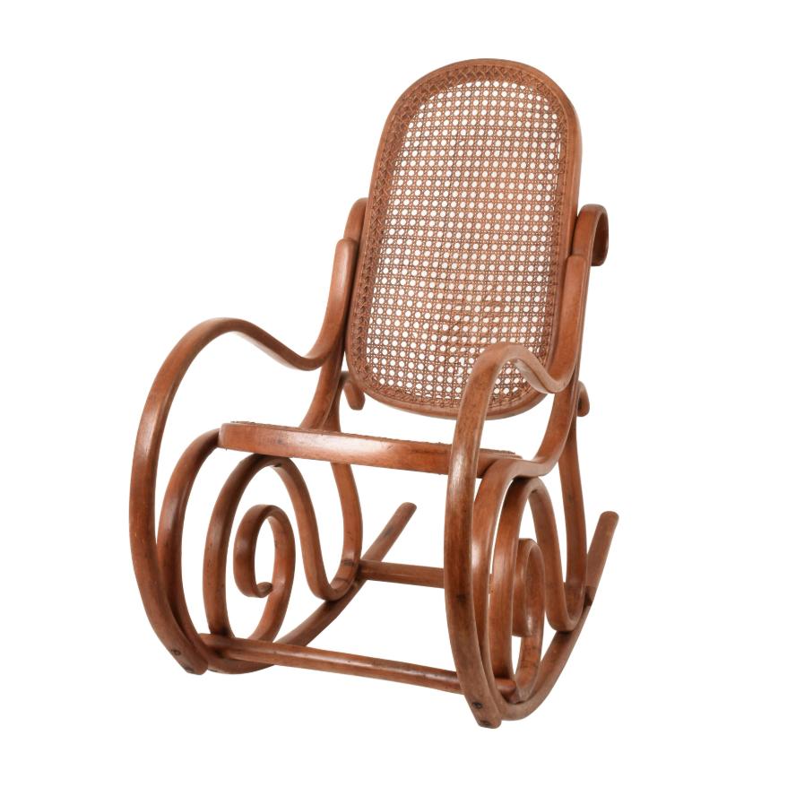 Thonet. Una sedia a dondolo per bambini vintage Bentwood con canna e sedile posteriore, anni '30